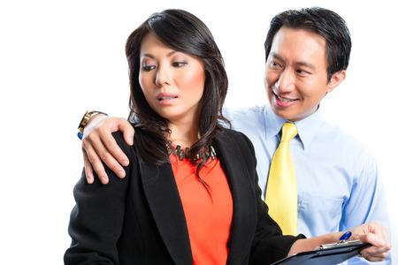 アジア中国の従業員またはマネージャーまたはビジネスの男を性的になって幹事嫌がらせや嫌がらせ、彼を拒否します。