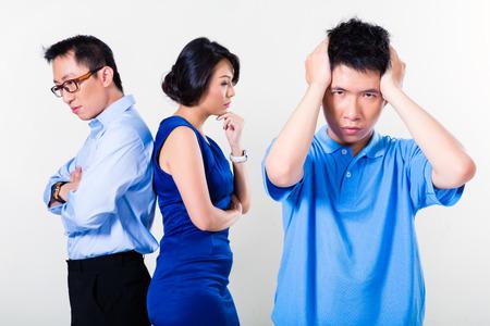 strife: Giovane ragazzo cinese affetto da combattimento genitori e il loro divorzio, l'argomento sta interessando tutta la famiglia Archivio Fotografico