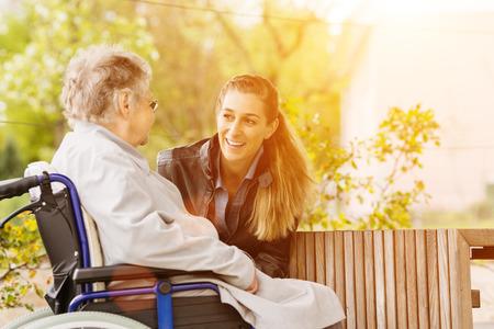 Mladá žena je na návštěvě babičky v domě s pečovatelskou službou Reklamní fotografie