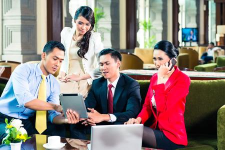 üzlet: Ázsiai üzletemberek miután megbeszélést