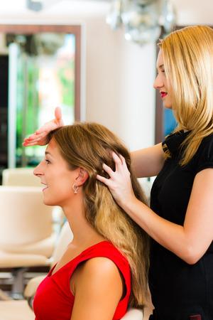 Vrouw bij de kapper om haar haren gewassen en uitgespoeld gevoel zichtbaar goed Stockfoto