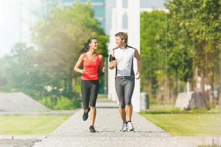 personas trotando: Deportes urbanos - pareja correr o trotar para gimnasio en la ciudad en el hermoso d�a de verano