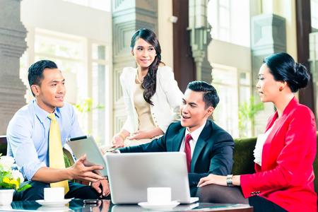 Aziatische zakenlieden die elkaar ontmoeten Stockfoto