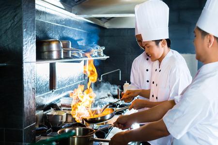 Zijaanzicht van chefs samen koken Stockfoto