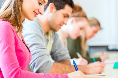 Universitair studenten schrijven test of examen