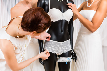 Frauen Auswahl zusammen Brautkleid und Unterwäsche in der Hochzeitsmodegeschäft
