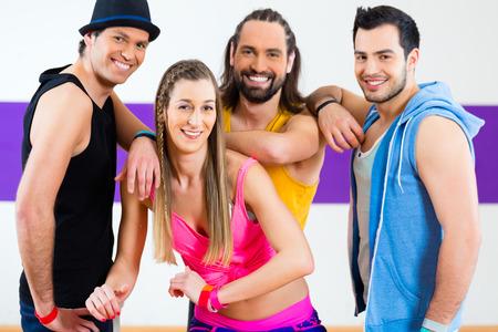 coreografia: Grupo de hombres y de mujeres que bailan Zumba Fitness coreograf�a en la escuela de baile