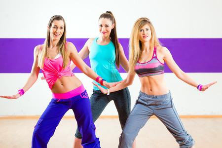 zumba: Las mujeres j�venes zumba bailan coreograf�a moderna del grupo en la escuela de baile