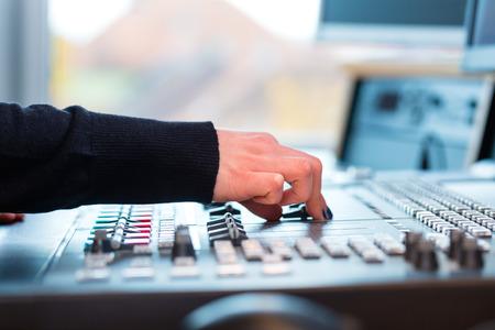 라디오 라디오 방송국 호스팅 쇼 발표자는 스튜디오에 살고