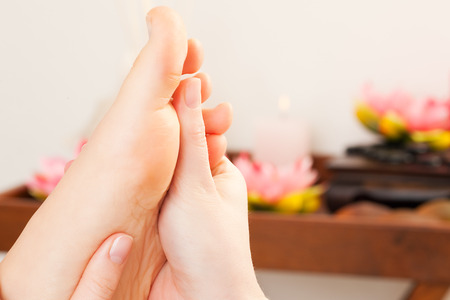 Füße erhalten eine Massage in einem Spa-Einstellung