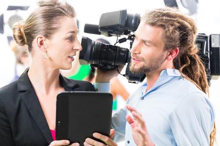 filmacion: Discusión Equipo o Director de dar camarógrafo dirección escénica en el set de una producción de vídeo para la televisión o Noticias