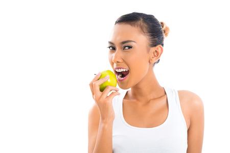 eating fruits: Joven mujer asi�tica de frutos sanos y comer habitar