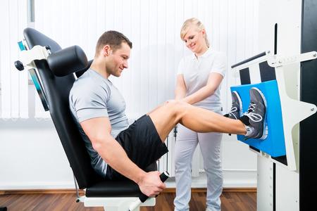 física: Paciente en la fisioterapia haciendo ejercicios físicos usando la pierna de prensa en la removilización deporte Foto de archivo