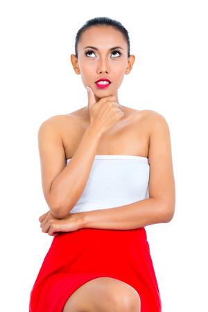 mujer pensativa: Pensamiento mujer asiática siendo pensativo