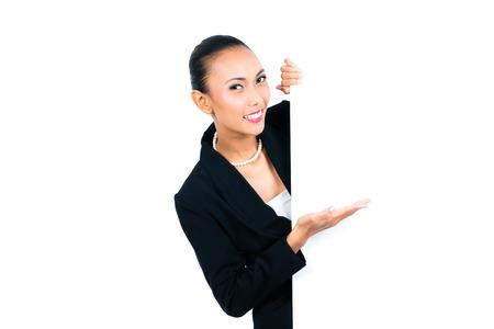invitando: Mujer de negocios asiática presenta a la tarjeta blanca vacía