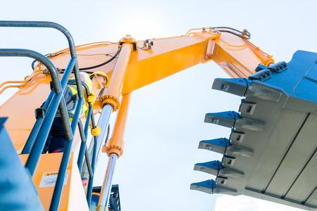 Debout pilote asiatique sur les machines de construction sur chantier Banque d'images - 29284892