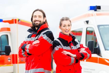구급차 앞에 서 응급 의사와 간호사 스톡 콘텐츠