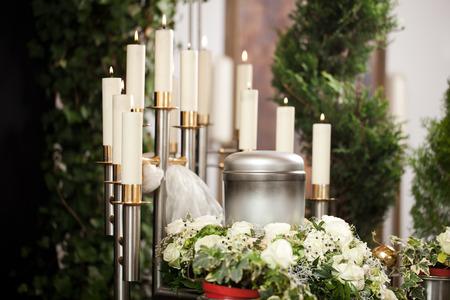 Religion, la mort et dolor - urne funéraire et le cimetière Banque d'images - 29411663