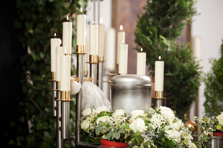 Religion, Tod und dolor - Urne Bestattung und Friedhof Standard-Bild - 29411663