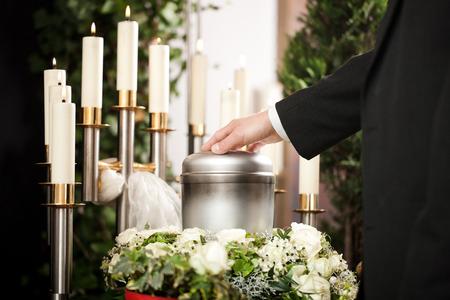 Religie, dood en dolor - begrafenis en het kerkhof; urn uitvaart Stockfoto