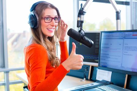 スタジオでのライブのラジオ番組のホストのラジオ局で女性司会者