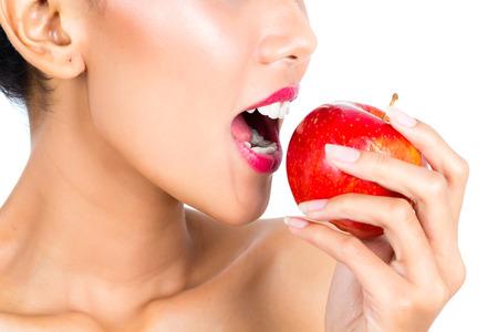 eating fruits: J�venes de Asia mujer frutos sanos y comer habitar Foto de archivo