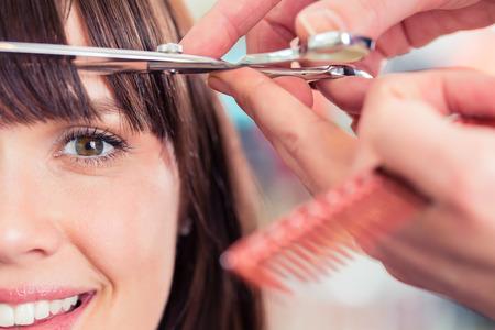 peluquerias: Mujer de corte de pelo Peluquer�a golpea en tienda