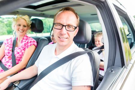 Familie fahren im Auto mit Sicherheitsgurt befestigt Standard-Bild - 31529889