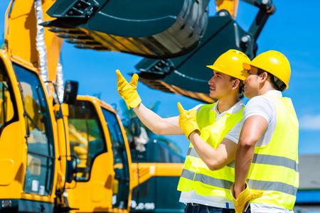 maquinaria pesada: Trabajador asiático en maquinaria para la construcción de obras de construcción o de empresa minera