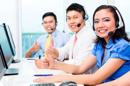 centro de computo: Equipo de agente de call center china asi�tica en el tel�fono