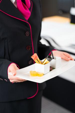 Roomservice serveren zoete VIP dessert in design hotel op kamer