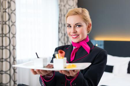 방에 디자인 호텔에 달콤한 VIP 디저트를 제공하는 룸 서비스 스톡 콘텐츠