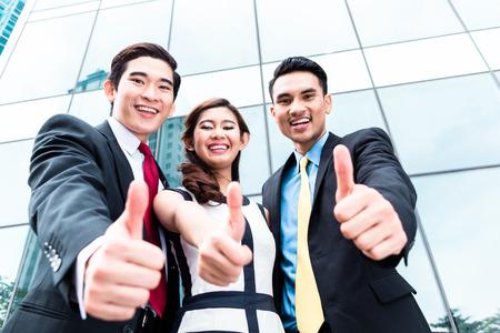 business asia: Asian donna d'affari e uomini al di fuori di fronte al palazzo