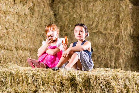 hayloft: Muchachas b�varas que se sientan en el pajar con pretzels