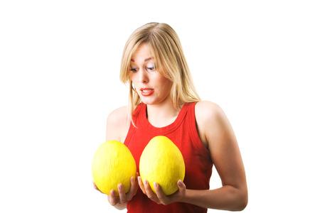 big boobs: Una mujer teniendo en cuenta un aumento de senos (metáfora, más asombrado) Foto de archivo