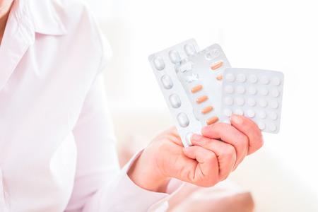 medicament: Anciana tomando medicamento para la salud en el hogar