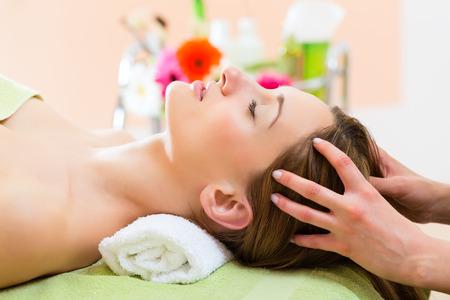 massaggio: Benessere - donna che riceve testa o massaggio viso nella spa