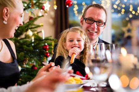 eten: ouders en kinderen roosteren met wijn en water bij kerstdiner