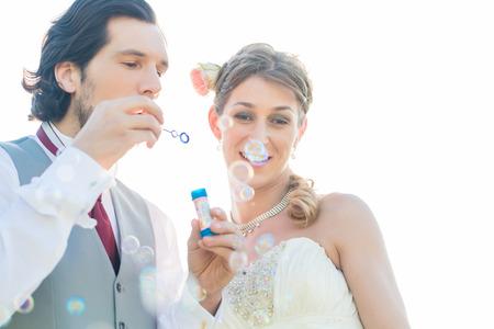 burbujas de jabon: Pares de la boda que sopla burbujas de jab�n fuera