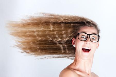 cabello lacio: El cabello largo de la mujer que sopla en viento de cara