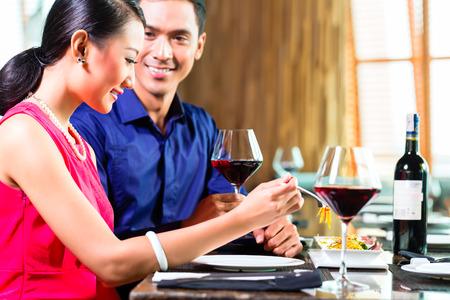 pareja comiendo: Retrato de pareja feliz de comer en el restaurante asiático Foto de archivo