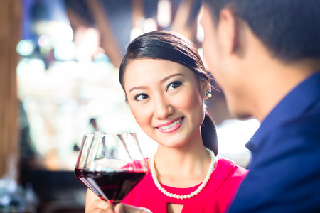 parejas romanticas: Retrato de joven pareja de Asia brindando con vino Foto de archivo