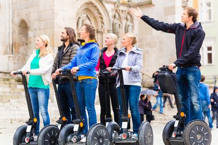持っているガイドツアー セグウェイ都市ドイツの観光グループ
