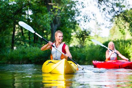 森川でカヌーを漕ぐ女性