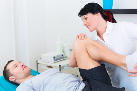 física: Paciente en la fisioterapia haciendo ejercicios f�sicos con su terapeuta