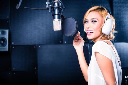 Aziatische professionele muzikant opnemen van nieuw nummer of album cd in de studio