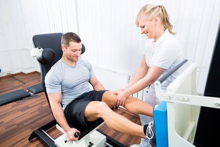 física: Paciente en la fisioterapia haciendo ejercicios físicos mediante prensa de piernas en removilización deporte