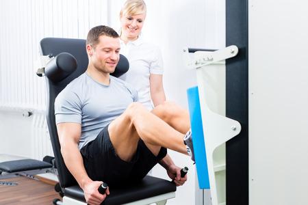 Patiënt bij de fysiotherapie die fysieke oefeningen doet met behulp van beenpress sport mobilisatie Stockfoto