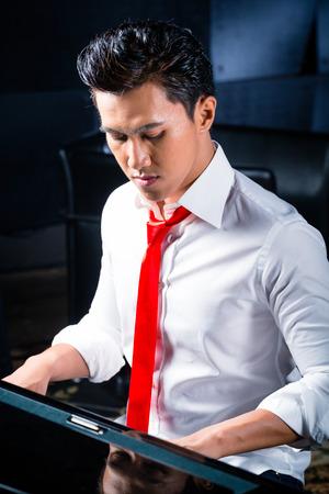 pianista: Pianista profesional tocando el piano asi�tica en estudio de grabaci�n