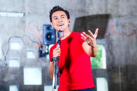 männchen: Asiatische Profi-Musiker die Aufnahme neuer Titel oder ein Album CD im Studio Lizenzfreie Bilder